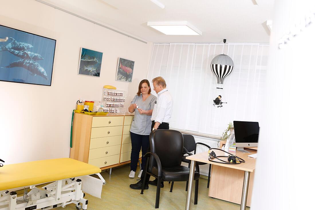 Hausarzt Lage - Dr. Burghardt - Leistungen - Beratungs- und Behandlungszimmer der Praxis